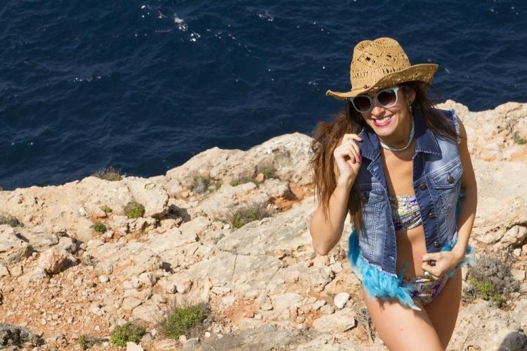 Chaleco tejano de plumas de Tanit Jeans Ibiza Moda Adlib 4
